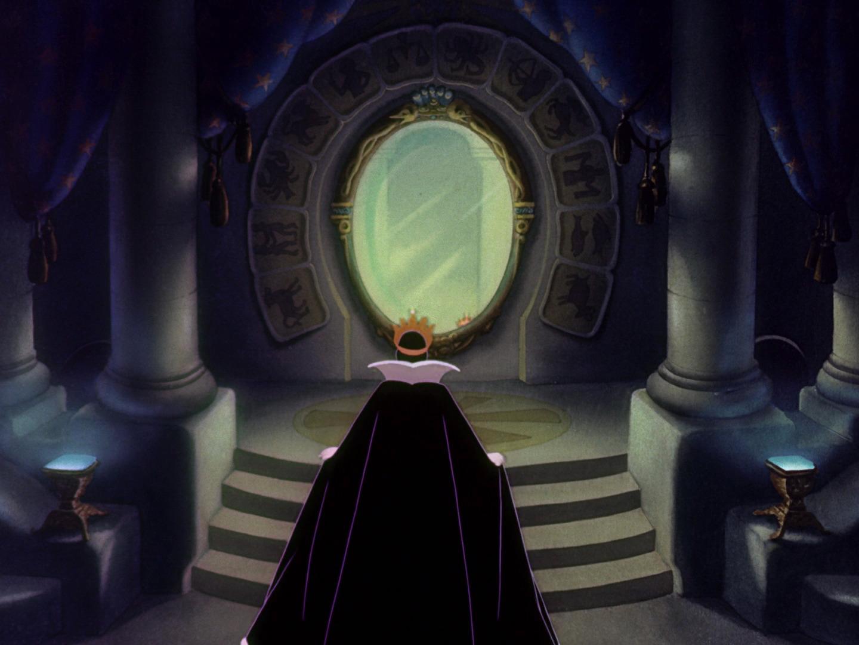 Regina di Biancaneve allo specchio